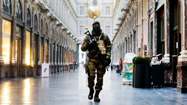 最高レベルのテロ警戒態勢が敷かれたブリュッセル中心部を警備する兵士