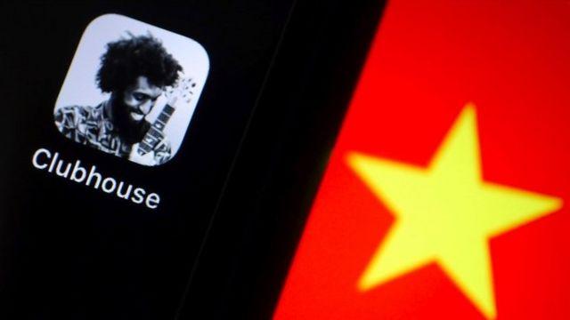 Un celular con la imagen de Clubhouse y una estrella amarilla sobre un fondo rojo que simboliza China