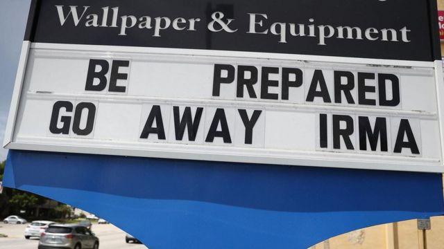 لافتة تدعو للاستعداد للرحيل قبل قدوم الإعصار إيرما