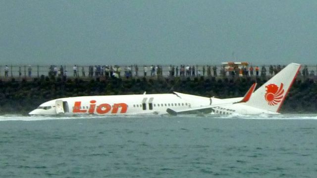 momento de accidente: avión de Lion Air en el agua
