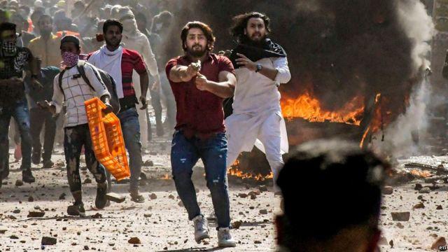 दिल्ली में सोमवार को हुई हिंसा में लाल शर्ट पहने ये शख़्स हाथ में पिस्तौल लहराता नज़र आया.