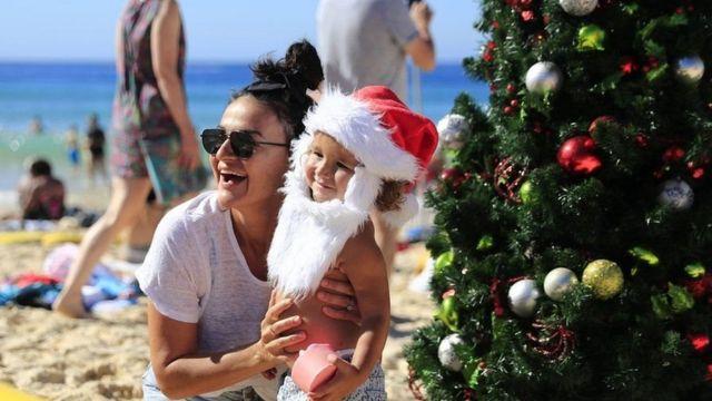 Di Sydney, Australia, pohon Natal juga dipasang di Pantai Bondi.