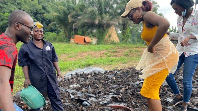 Les cabosses de cacao sont séchées, carbonisées dans un four alimenté par des déchets bio, broyées, puis renverser dans des moules.