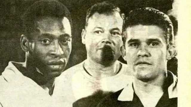 Пеле рядом с судьей Веласкесом перед матчем 1968 г.