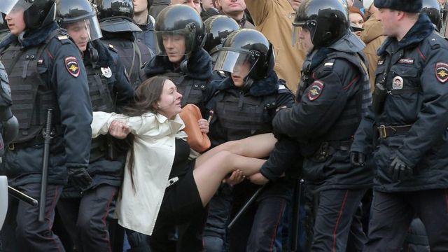Ольга Лозина в руках полицейских