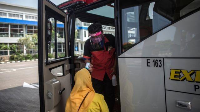 Rekor Kasus Covid 19 Di Indonesia Karena Aktivitas Lebaran Kini Kapasitas Penumpang Transportasi Umum Malah Dinaikkan Jadi 70 Bbc News Indonesia