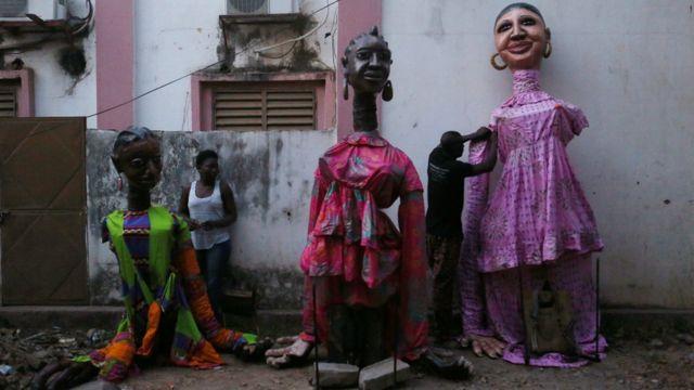 Ranar Juma'a kuma, mawaka sun shanya tufafinsu bayan sun gama rawa a birnin Bamako na Mali