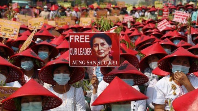 曼德勒的抗议者要求释放昂山素季。(photo:BBC)
