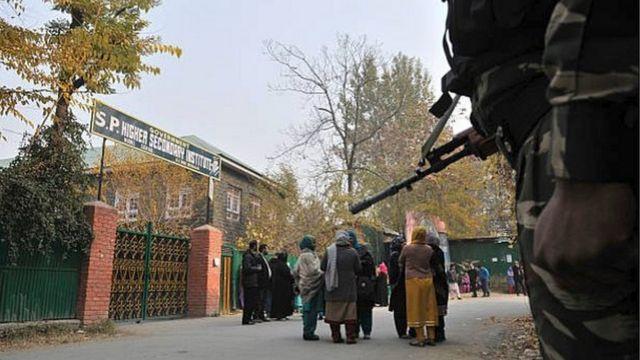 2016 के नवंबर में भी लंबे शटडाउन के बाद कश्मीर में 12वें की परीक्षा आयोजित की गई थी