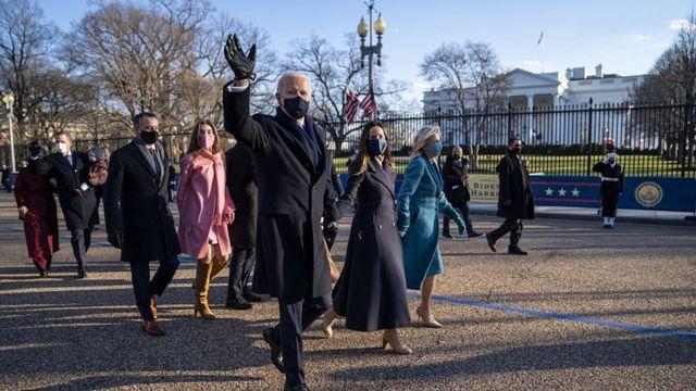 Perezida Joe Biden n'umutambukanyi wiwe Jill Biden baciye bafata ibarabara Pennsylvania Avenue baja kuri Maison Blanche/ White House