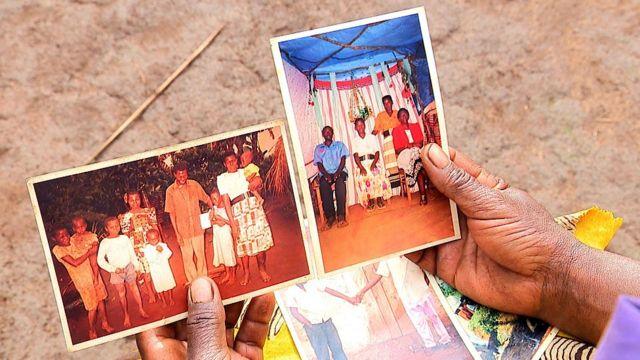 Les mains d'une femme montrant deux photographies
