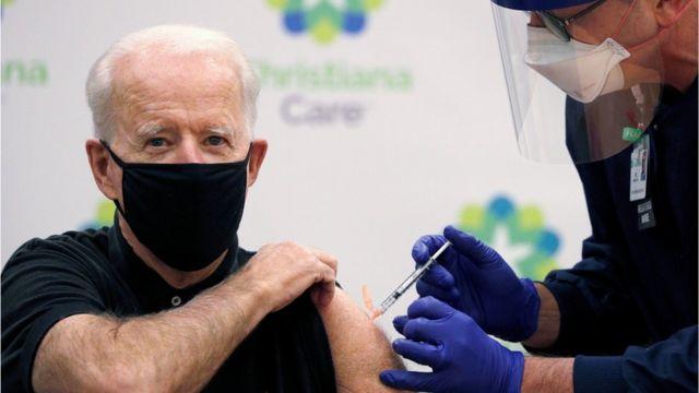 Joe Biden se pone la segunda dosis de la vacuna contra la covid-19