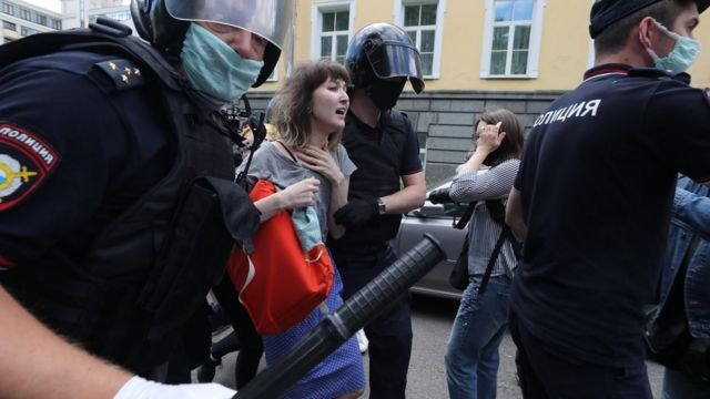 Задержание протестующих у здания суда