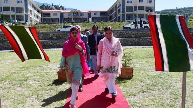 Malala chegando para uma visita ao centro de educação militar