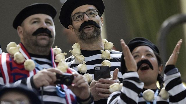 Fanáticos franceses con ristras de ajo.