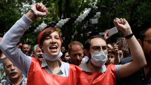 Nuriye Gülmen ve Semih Özakça meydanda slogan atıyor