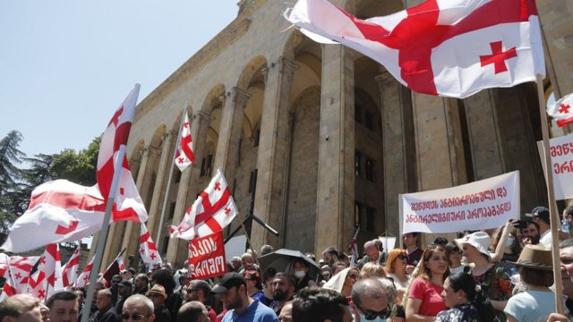 Aşırı sağcılar Gürcistan bayraklarıyla gittikleri Parlamento önünde de bir eylem yaptı