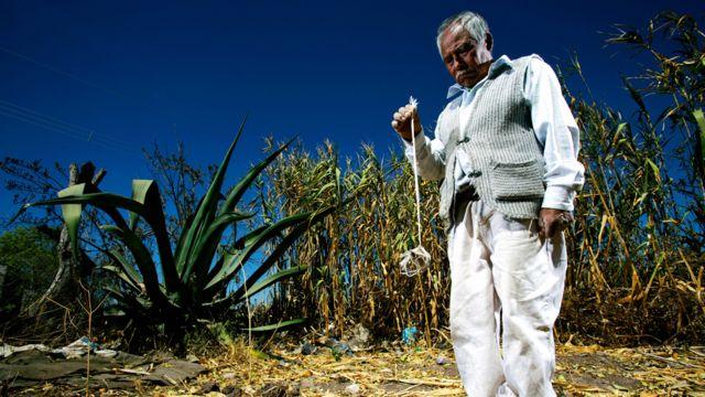 Agricultor en México mirando su tierra seca