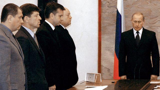Putin na baraza la mawaziri wakikaa kimya kwa dakika moja mwaka 2004 baada ya shule ya msingi ya Beslan kuvamiwa.