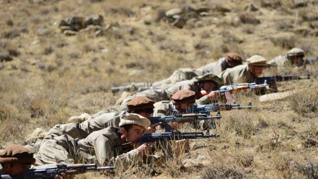 Combatenes da Frente de Resistência Nacional Afegã treinando no Vale de Panjshir, 4 de setembro de 2021