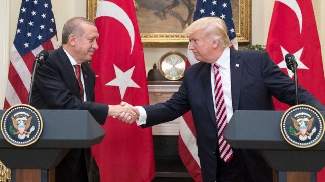 Recep Tayyip Erdogan y Donald Trump dándose la mano.