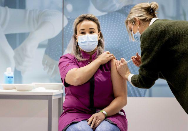 接受新冠疫苗的女性