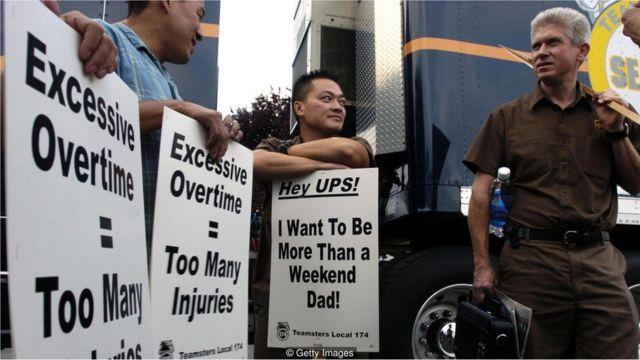 Homens protestam contra trabalho excessivo