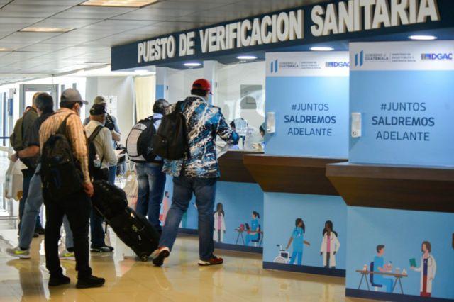 Puesto de verificación sanitaria en el aeropuerto La Aurora en la Ciudad de Guatemala