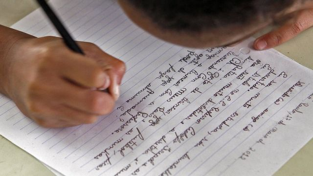 Criança escrevendo em foto de arquivo de escola da zona Sul de SP