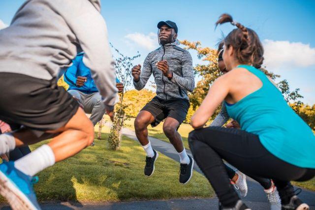 Personas haciendo ejercicios