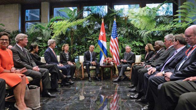 革命宮殿で会談したカストロ議長とオバマ大統領(21日)
