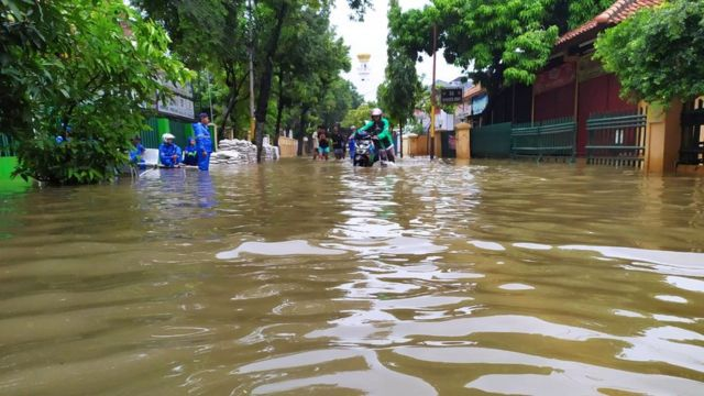 Banjir di Pondok Jaya, Mampang Prapatan, Jakarta Selatan, Selasa (25/02).