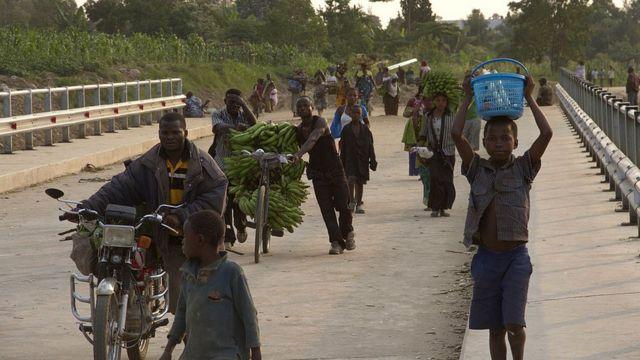 Des habitants de l'est de la RDC quittent leur lieu d'habitation à cause des rebelles ougandais de l'ADF, en juin 2013.
