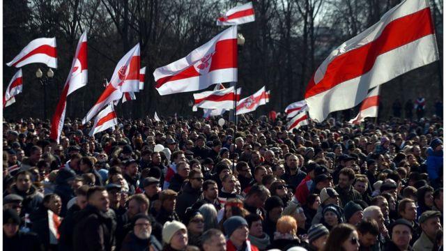 бело-красно-белые флаги на акции к 100-летию Белорусской народной республики, Минск, 25 марта 2018 года