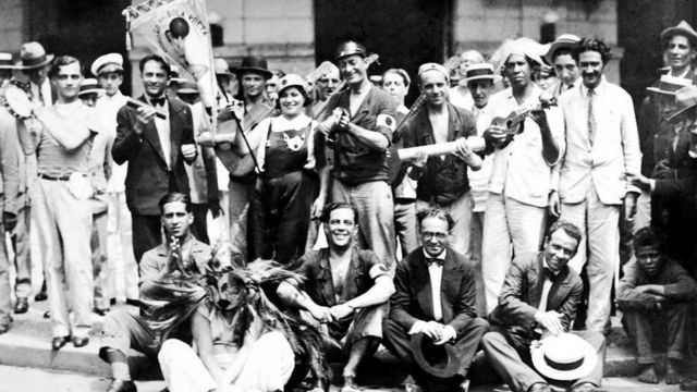 Fundadores do Cordão da Bola Preta com instrumentos musicais
