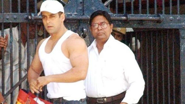 राजस्थान की जोधपुर जेल से बाहर आते अभिनेता सलमान ख़ान.