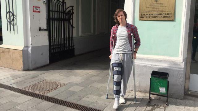 Дизайнера Коновалова, которому силовики сломали ногу перед акцией 27 июля,  оштрафовали - BBC News Русская служба