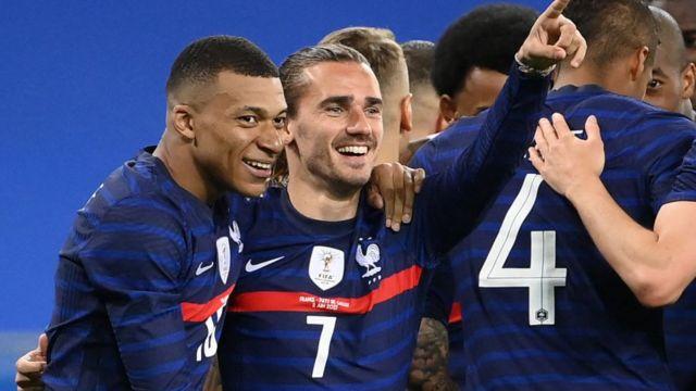 Los jugadores Kylian Mbappé y Antoine Griezmann celebrando un gol con la selección francesa.
