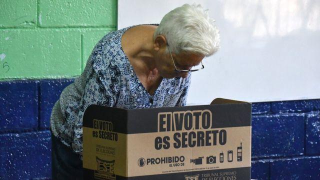 Una mujer vota en las elecciones Costa Rica.