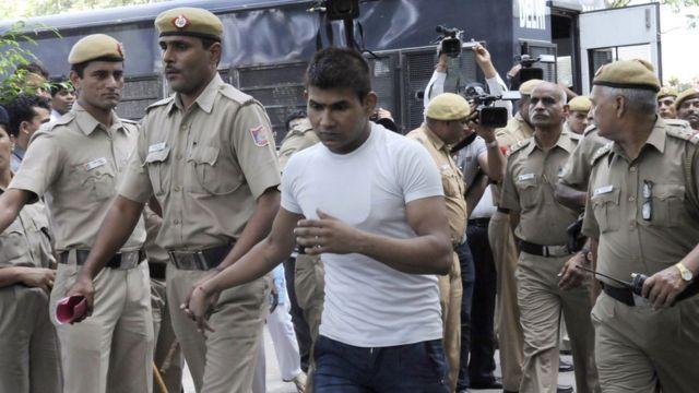 निर्भया केस की सुनवाई के दौरान विनय को कोर्ट ले जाती पुलिस