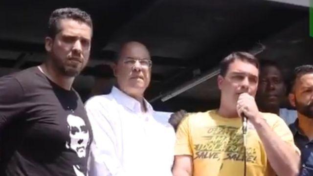 No meio, governador Wilson Witzel, ao lado de Flávio Bolsonaro