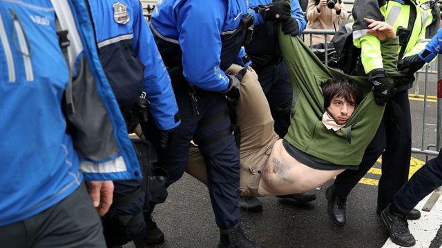 デモ参加者たちはナショナル・モールのへの入り口を封鎖しようとしたが、この男性のように警察に連行された