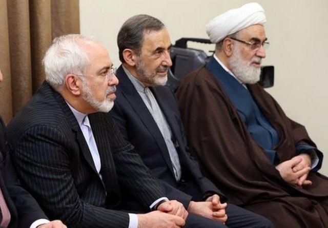 """منتقدان آقای خامنهای، علی اکبر ولایتی (وسط) را """"وزیر دولت موازی"""" مینامند"""