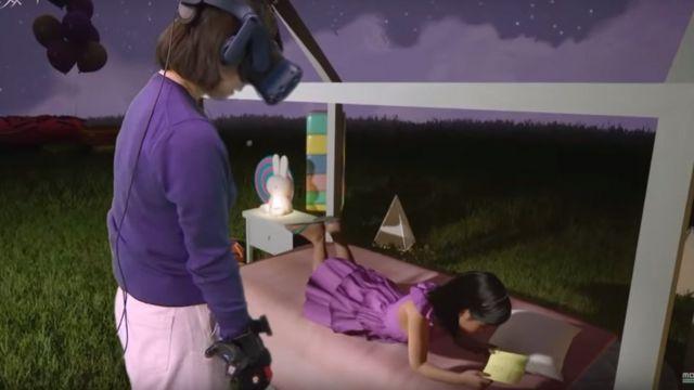Ji-sung watches a virtual reality Na-yeong lying in bed before falling asleep