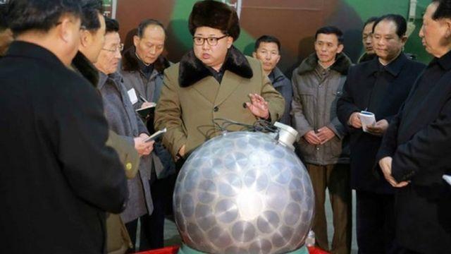 Foto del diario norcoreano Rodong Sinmun que muestra a Kim Jong-Un inspeccionando lo que dice ser una bomba nuclear.
