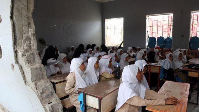 Des étudiants yéménites étudient dans une salle de classe de la ville portuaire yéménite d'Hodeidah, le 15 mars 2016, endommagée par le conflit en cours entre la coalition arabe dirigée par les Saoudiens et les rebelles chiites huthis.