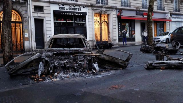 パリの通りに止められていた車は火をつけられた。一連の抗議行動で、逮捕者は約400人に上った