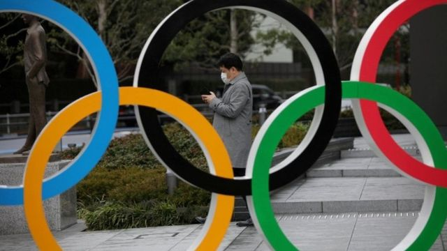 Человек на фоне олимпийских колец