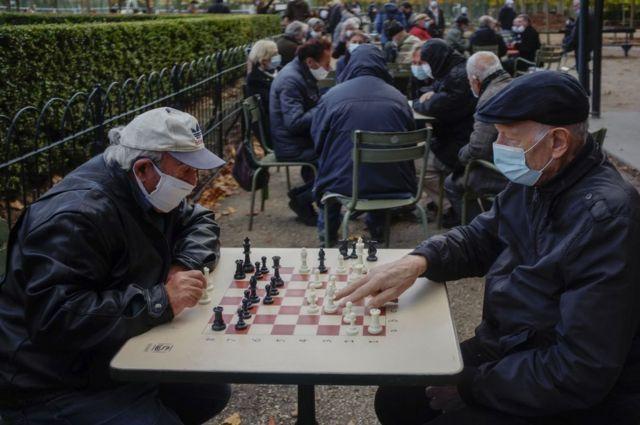 пожилые мужчины в парижском кафе играют в шахматы, октябрь 2020г