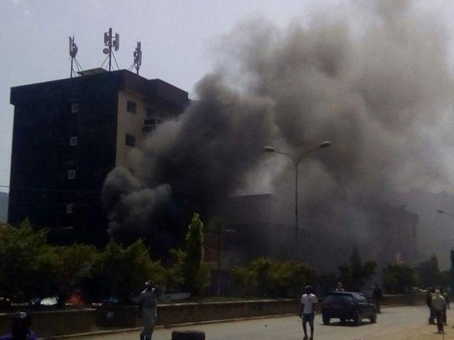 La ville de Bamenda enflammée et enfumée par les manifestations.